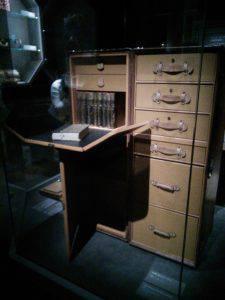 『空へ、海へ、彼方へー旅するルイ・ヴィトン』展の机が格納できるトランク