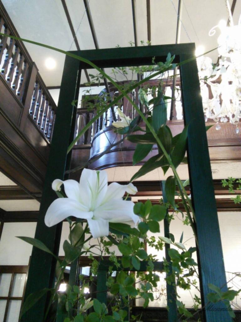 111番館の吹き抜けに飾られた花