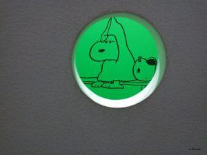 スヌーピーミュージアムで穴を覗くとスヌーピーが見える仕掛け