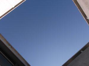 ベネッセハウスのミュージアム棟の安藤 侃氏の作品「天秘」から見える空
