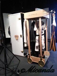 『空へ、海へ、彼方へー旅するルイ・ヴィトン』展のクローゼットともとれるトランク