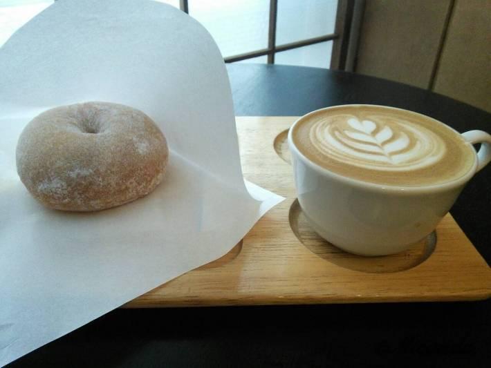 harittsのクリームチーズドーナツとカフェラテ