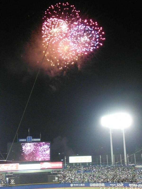 明治神宮野球場のバックネット裏から見える花火