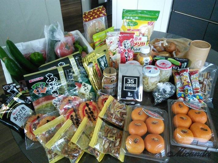 母から送られてきた宅配便の中身。主は食料品です。