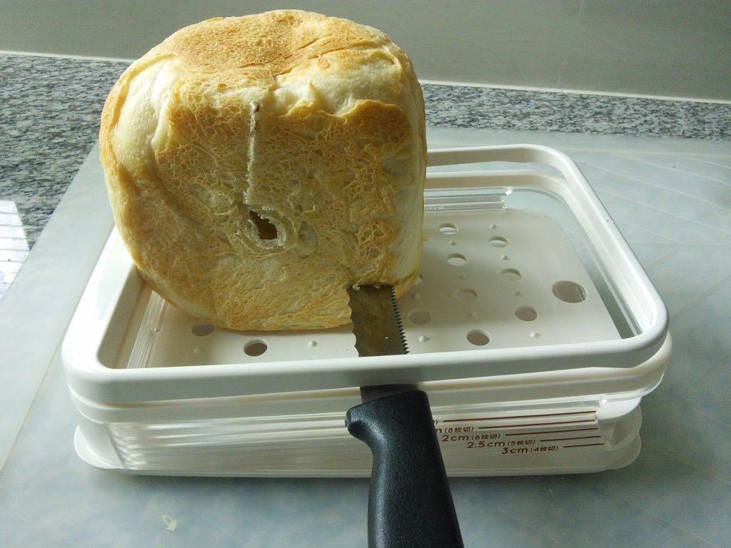 曙産業さんのホームベーカリースライサーを使ってパンを切っているところ