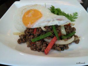 川崎市登戸にあるAsian dining Q:U(アジアンダイニング クー)のランチセットの牛肉のガパオ炒めご飯