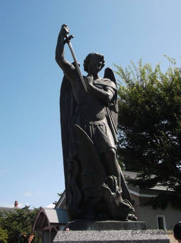 トラピスチヌ修道院の大天使ミカエルの像