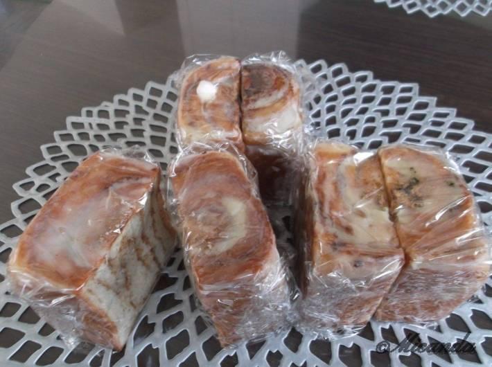 セイロンのシナモンロールの冷凍保存するときに半分に切ってラップで包んだところ
