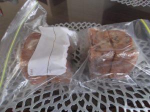セイロンのシナモンロールの冷凍保存するときに半分に切ってラップで包んだ後にジップロックに入れたところ