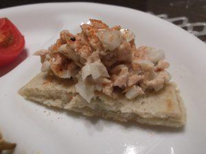 ココナッツドリームさんのサワードパンケーキにタマネギとシーチキンのサラダを乗せたところ