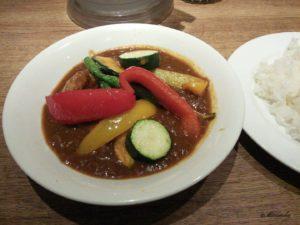 新宿のCLOVEのいろどり野菜を食べるカレー