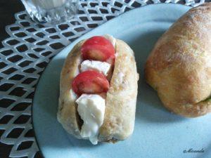 向ヶ丘遊園にあるセテュヌ ボン ニデーで買ったくるみのパンにカマンベールチーズとプチトマトを挟んでみた