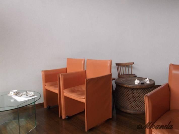 ハウスオブフレーバーズの革張りの椅子