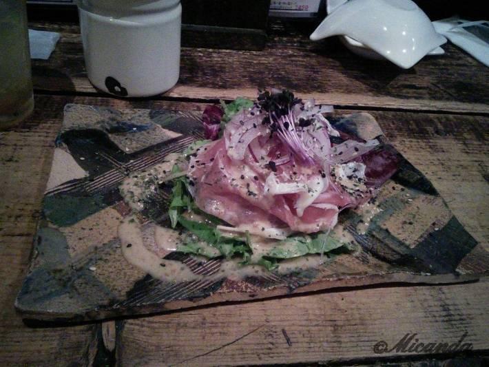 新百合ヶ丘駅にある「がらがら」の生ハムといちじくのサラダ