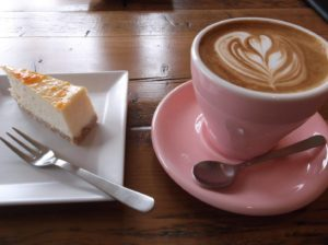オンザヒルコーヒーのキャラメル・ラテとチーズケーキ