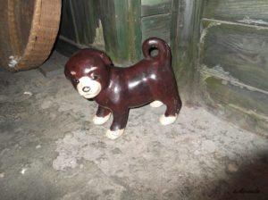 江東区深川江戸資料館の長屋の近くの子犬