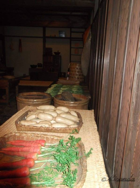 江東区深川江戸資料館の八百屋「八百新」に置かれた野菜たち