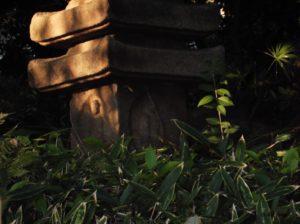清澄庭園の多重塔に彫られた四方仏