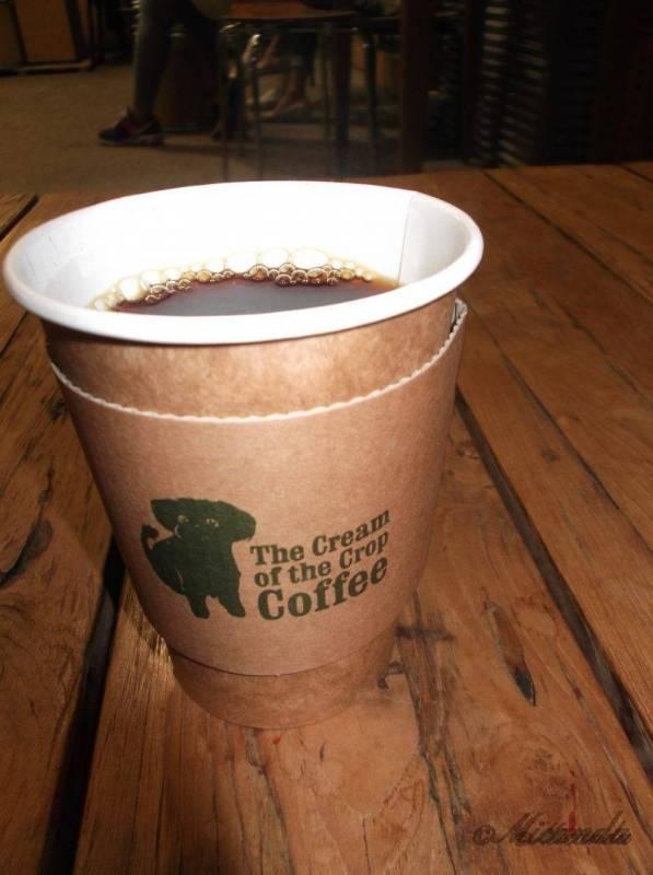 ザ・クリーム・オブ・ザ・クロップ・コーヒーのマスコット犬のイラストの絵のコップのコーヒー