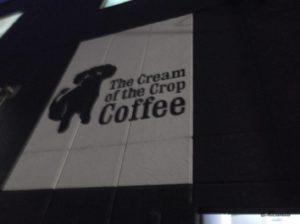 ザ・クリーム・オブ・ザ・クロップ・コーヒーの目印の犬の看板