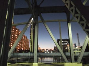 都営新宿線の菊川駅近くの橋から撮影した夕暮れ