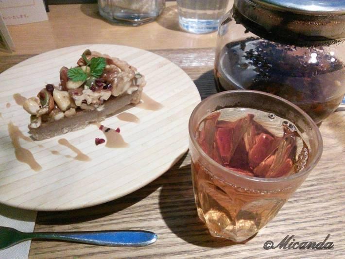 ガーデンカフェのキャラメルナッツバナナタルトとセイロンティー