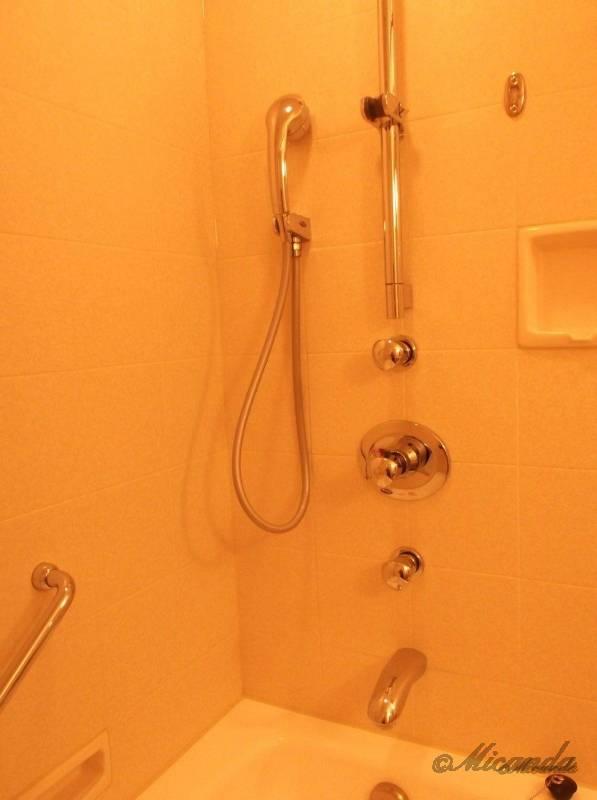 ホテル日航金沢のダブルベッドルームのシャワー