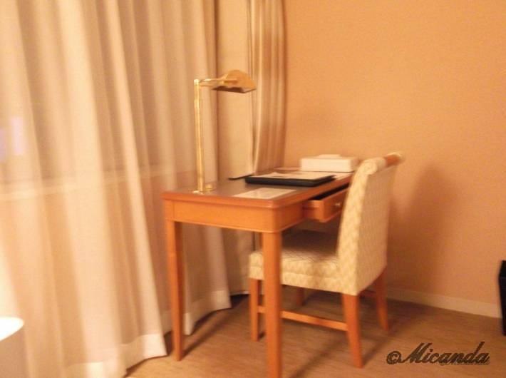ホテル日航金沢のダブルベッドルームのテーブル