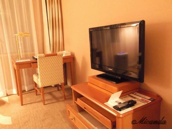 ホテル日航金沢のダブルベッドルームのテレビ