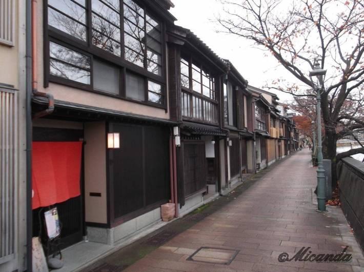 金沢の主計町茶屋街の路地を抜けたところ