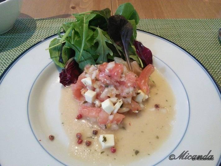 お料理サロン おかむらのランチの前菜のエビとトマトとチーズのサラダ