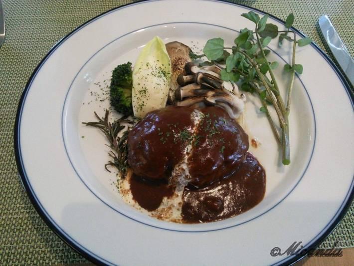 お料理サロン おかむらのランチのメインのハンバーグ