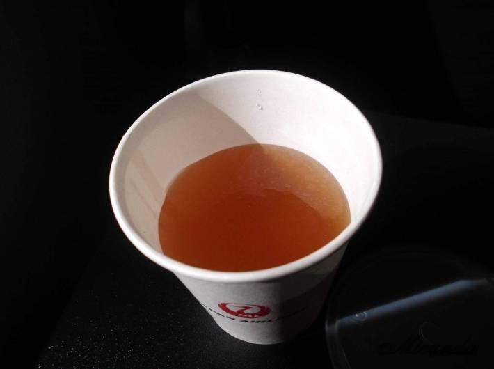 JALの飛行機の中で頂いたコンソメスープ