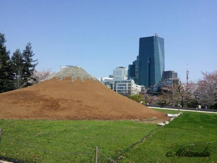 ミッドタウンの芝生広場にある富士山のモニュメントのプロジェクションマッピング1