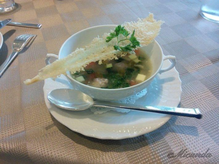 ザ・ひらまつ ホテルズ&リゾーツ仙石原の朝食のお野菜と肉団子のスープ
