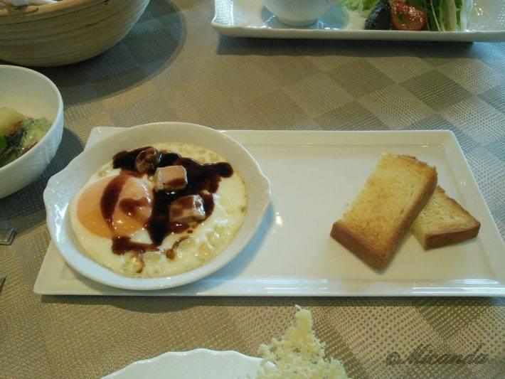 ザ・ひらまつ ホテルズ&リゾーツ仙石原の朝食の角切りのフォアグラがのった目玉焼き