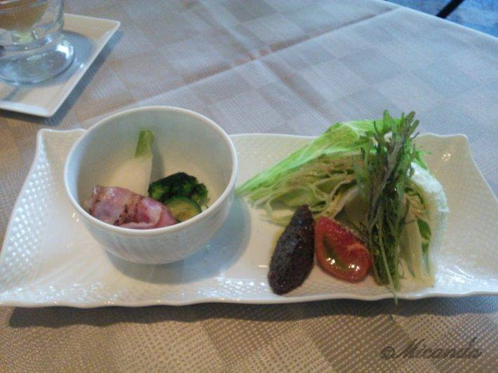 ザ・ひらまつ ホテルズ&リゾーツ仙石原の朝食の生野菜と蒸し野菜とベーコン