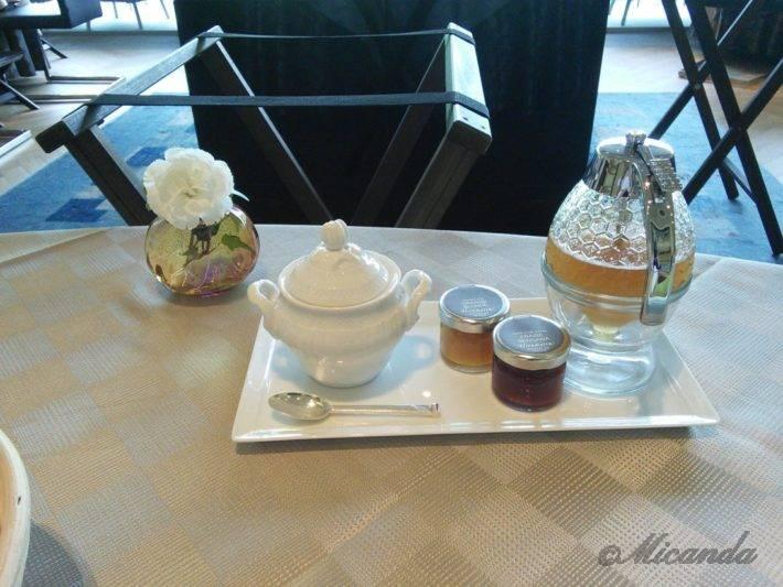 ザ・ひらまつ ホテルズ&リゾーツ仙石原の朝食の自家製パンに塗るはちみつとイチゴジャムとマーマレード