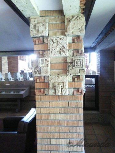 帝国ホテル本館「ライト館」の手の込んだ装飾の柱1